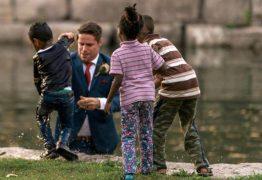 A história do noivo que se tornou herói ao salvar garoto de afogamento durante sessão de fotos de casamento
