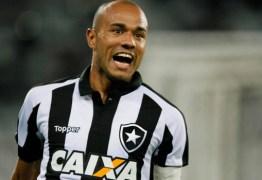 Artilheiro do Botafogo no ano, Roger é diagnosticado com câncer renal