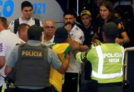 Torcedores tentam driblar segurança na chegada da seleção brasileira à Colômbia