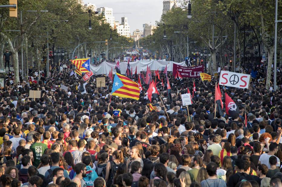 1507060090074 - Catalunha declara independência, mas suspende efeito para negociações