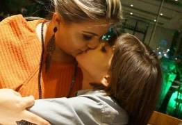 VEJA: Vice-prefeita de Mamanguape usa redes sociais para desabafar e beija na boca do filho