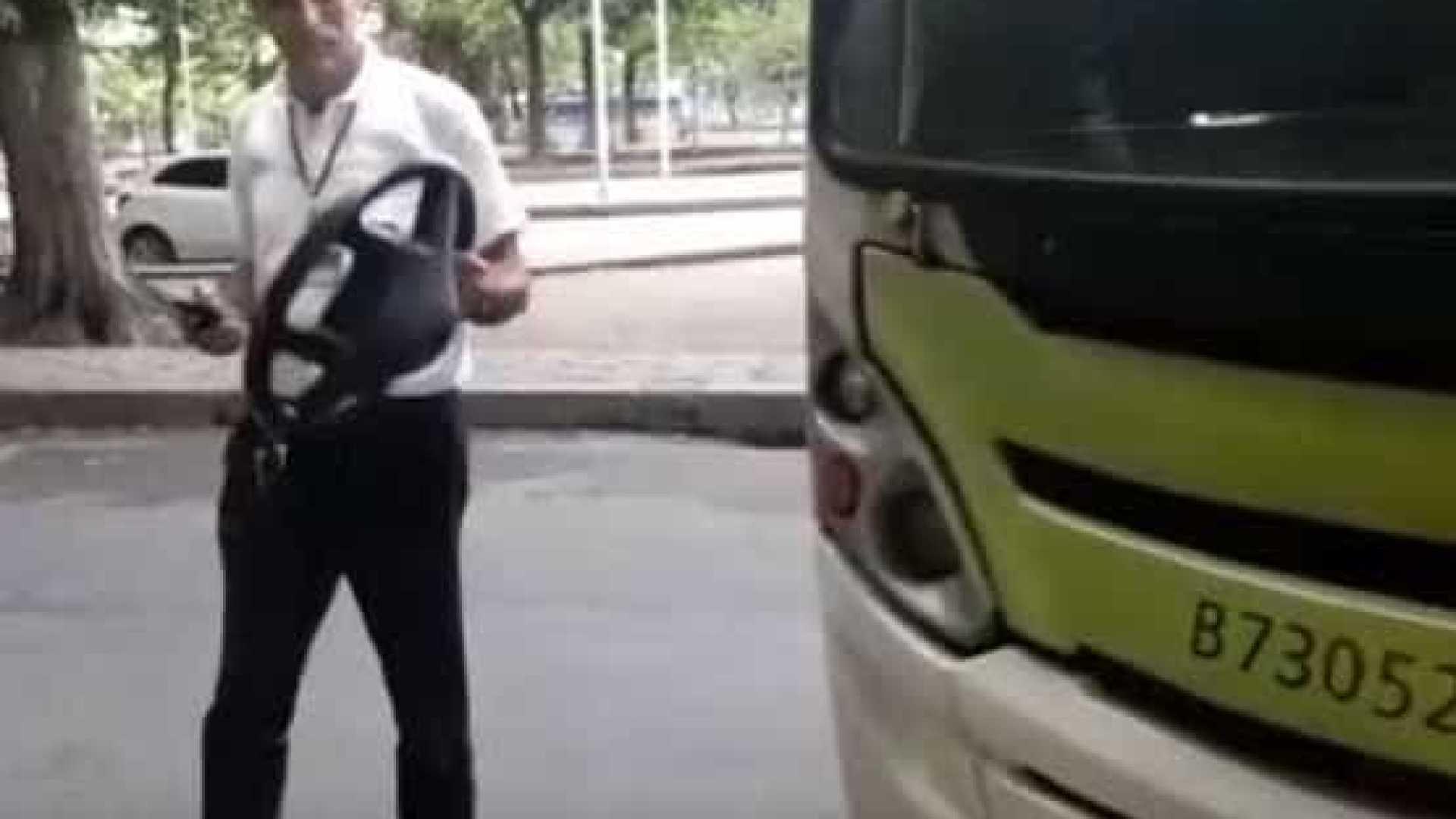966 - Volante de ônibus coletivo quebra e sai na mão de motorista