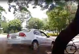 VEJA VÍDEO: Assessor de deputado federal tenta atropelar ciclistas
