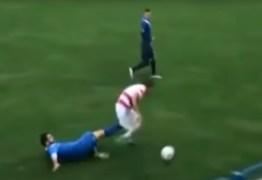 VEJA VÍDEO: jogador de futebol leva chute e perde testículo