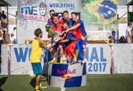 Neymar recebe campeões do seu torneio de pelada em Paris, mas comete gafe