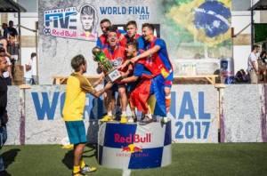 NEIMAR 300x198 - Neymar recebe campeões do seu torneio de pelada em Paris, mas comete gafe
