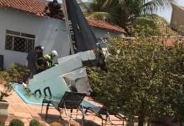 Avião cai em piscina de casa e mata três pessoas