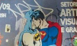 Vereador crítica beijo de heróis em panfleto da Prefeitura
