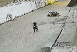 VEJA O VÍDEO: mulher é agredida e roubada na frente de criança em Cabedelo
