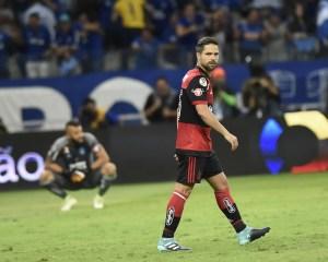 diego penalti 300x240 - Com nova lesão, Diego não consegue render o esperado no Flamengo em 2017