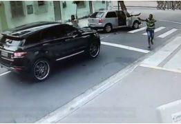 VJA VÍDEO: Câmeras registram momento em que goleiro Jefferson tem carro roubado por criminosos