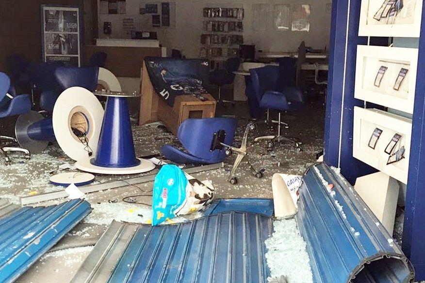 loja assaltada - Bandidos usam carro para arrombar loja e roubam celulares em Campina Grande