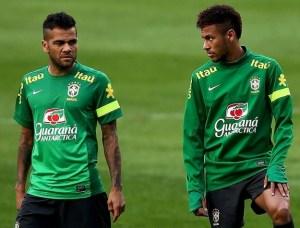 neymar e daniel alves 300x228 - Jornal inglês critica 'arrogância' de Daniel Alves e 'egoísmo e insolência' de Neymar