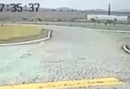 VEJA VÍDEO: Câmera registra momento em que ônibus com alunos tomba em Gurinhém