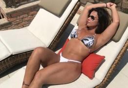 Viviane Araujo posta foto de biquíni e mostra suas curvas