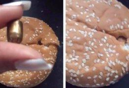 Mulher encontra bala perdida no pão ao preparar hambúrguer em lanchonete