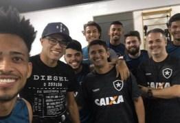 Recuperando-se de cirurgia para a retirada de tumor, Roger visita os companheiros de Botafogo