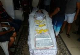 Mãe se nega a enterrar filha por crer que ela ainda esteja viva