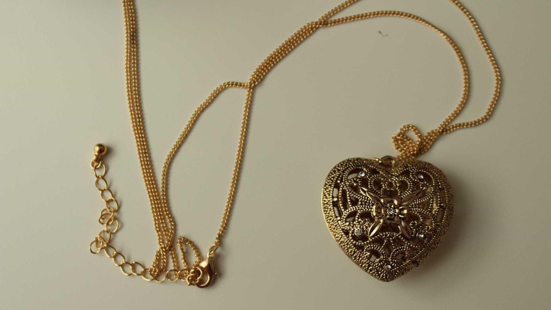 856 - Cantor sertanejo é condenado após furtar R$ 16 mil em joias