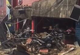VEJA VÍDEO: Marquise de loja de motos cai no centro de João Pessoa