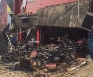 aaaaa 300x250 - VEJA VÍDEO: Marquise de loja de motos cai no centro de João Pessoa