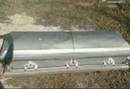 Homem tenta vender caixão usado no Facebook: 'Único dono'