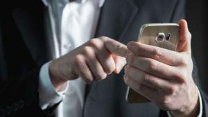 celular1 300x169 - Brasil poderá proibir celular no trabalho, com direito a punições