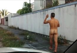 Homem é detido pela PM correndo pelado em pleno Centro da cidade