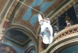Padre usa tirolesa para entrar em igreja durante celebração
