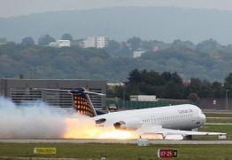 Mulher descobre traição do marido durante voo e provoca pouso de emergência