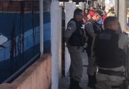 Homem é morto a tiros ao tentar pular muros na capital