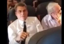 VEJA O VÍDEO: Romero Jucá tenta agredir passageira que o filmava durante voo