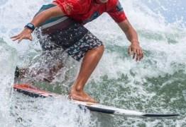 Popular na web, surfista de 12 anos roda o mundo e tira onda em fotos com famosos