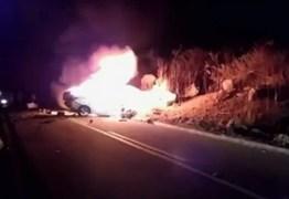 VEJA VÍDEO: Motorista morre após carro bater em caminhão e pegar fogo
