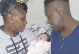 Pepê conhece a primeira filha de Neném