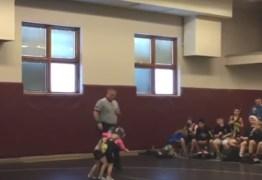 VEJA VÍDEO: Menino de 2 anos invade luta para defender irmã que perdia