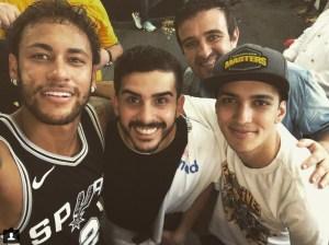 ney 4 300x224 - Neymar exibe coleção de camisas da NBA nas férias