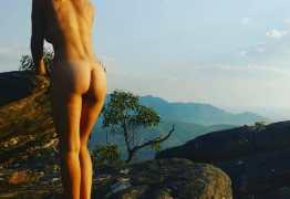 Ela viaja o mundo fotografando sem roupa para difundir a nudez não sexual