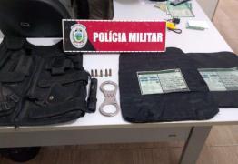 Polícia prende homem com colete balístico e munição de calibre restrito, no Litoral Sul