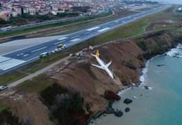 Avião com 168 a bordo derrapa ao aterrissar e cai em barranco