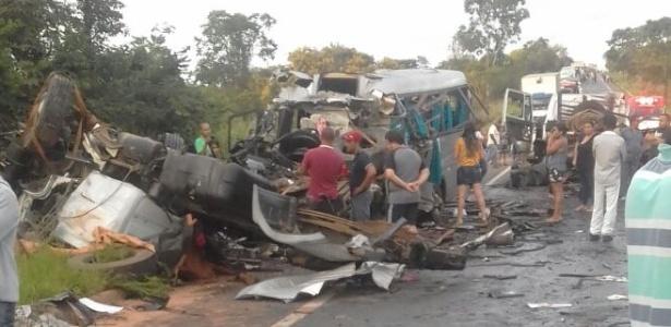 acidente envolve cinco veiculos no fim da madrugada deste sabado 1515850590640 615x300 - IML libera corpos das vítimas do acidente na BR 251 em MG