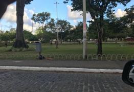 População se revolta com jovens que utilizara gramado da Praça da Independência para jogar futebol