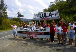 Após problemas mecânicos militantes pró-Lula protestam na estrada para Porto Alegre
