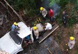 Menino de 6 anos salva vida de avô após veículo cair em rio