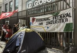 VEJA VÍDEO: Rede Globo é ocupada por movimentos populares em defesa de Lula