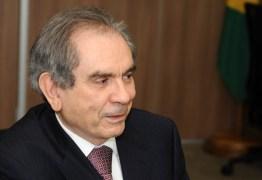 Senador diz que volta depois do recesso parlamentar, mas será discreto