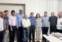 Jeová Campos e João Azevedo se reúnem com lideranças políticas em Uiraúna