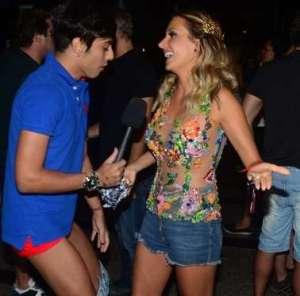 BBIWEhr 300x296 - Repórter deixa calça cair durante entrevista com Luisa Mell
