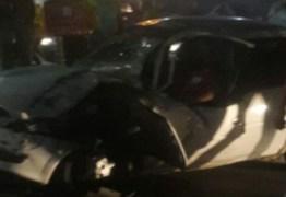 Acidente entre carro e ônibus deixa homem preso nas ferragens