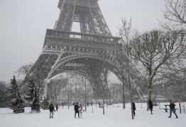 Neve fecha a Torre Eiffel em Paris